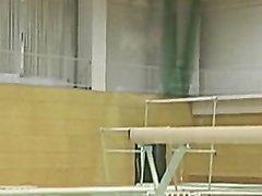 Молодая и фигуристая красотка с большими сиськами тренируется в трусиках