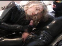 Блондинка в латексе сделав любительский минет дрочит большой член партнёра
