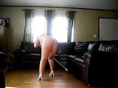 Зрелая и толстая домохозяйка перед скрытой камерой убирается обнажённой