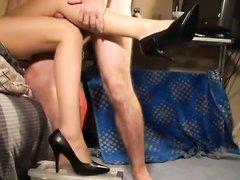 Домашний фут фетиш с госпожой на каблуках ублажающей партнёра ухоженными ногами