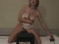 Загорелая зрелая блондинка для любительской мастурбации купила секс машину