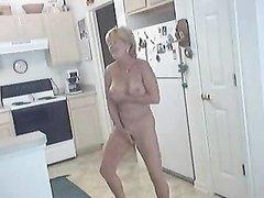 Подглядывание домашней мастурбации грудастой зрелой блондинки на кухне