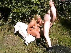 Зрелая и толстая блондинка в сапогах трахается в лесу с немецким любовником