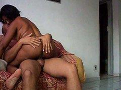 Зрелая негритянка перед скрытой камерой оседлала белый член любовника