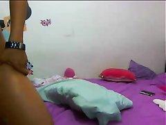 Латинская брюнетка перед любительской вебкамерой позирует обнажённой
