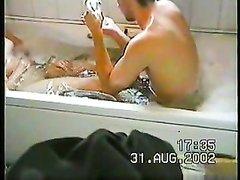 Подглядывание за молодой красоткой сделавшей домашний минет в ванной