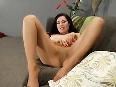 Зрелая брюнетка в колготках для домашней мастурбации использует секс игрушку