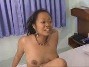 Групповой домашний секс втроём белого развратника со смуглыми азиатками
