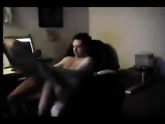 Подглядывание любительского секса шлюхи с маленькими сиськами и клиента