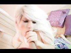Блондинка с большой жопой строчит любительский минет и трахается в анал