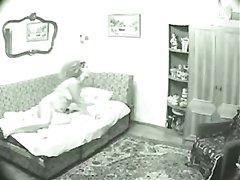 Подглядывание домашней мастурбации возбуждённой зрелой женщины в постели