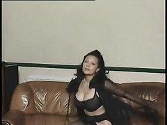 Соло сцена с любительской мастурбацией зрелой брюнетки с большими сиськами