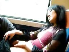 Азиатка спустив штаны предалась домашней мастурбации киски в транспорте