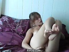 Молодая кокетка мастурбирует анал нежными пальчиками стоя на карачках и сидя