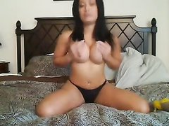 Зрелая смуглянка перед домашней вебкамерой сняла нижнее бельё для мастурбации