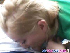 Шикарная блондинка с большими сиськами радует водителя домашним минетом