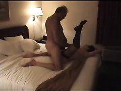 Зрелая женщина в чулках вечером раздвинула ноги перед любовником в постели