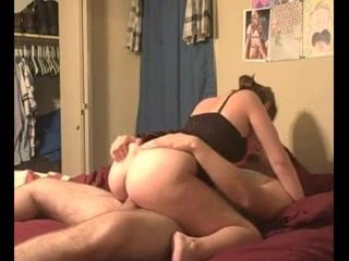 Домохозяйка с жирной попой перед вебкамерой сосёт член и трахается на карачках