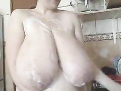 Соло сцена со зрелой и толстой домохозяйкой показавшей огромные сиськи