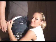 Молодая блондинка с круглой попой наслаждается любительским минетом