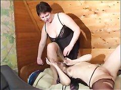 Зрелые русские лесбиянки легли в постель и взаимно делают куни в 69 положении