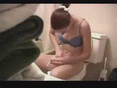 Скрытая камера в туалете записывает любительскую мастурбацию дамочки