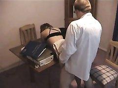Молодая секретарша на работе занялась любительским сексом со зрелым боссом