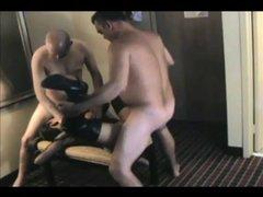 Жёсткий секс втроём с минетом и окончанием внутрь горячей зрелой домохозяйки