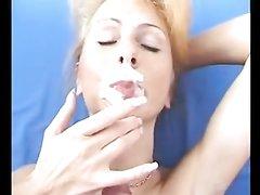 Домашний минет с окончанием на лицо зрелой блондинки с маленькими сиськами