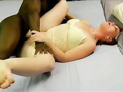 Зрелая белая дама с рыжими волосами трахается с темнокожим любовником