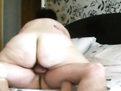 Скрытая камера снимает любительский секс со зрелой толстухой в позе наездницы