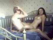 Скрытая камера записала любительский секс с молодой девушкой в постели