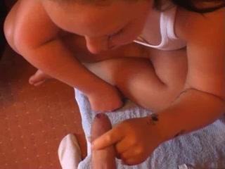 Немецкая домохозяйка с пышной фигурой жадно отсасывает член женатого друга