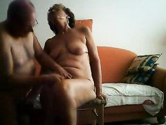 Муж перед скрытой камерой сделал любительскую мастурбацию зрелой жене