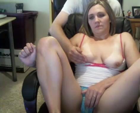 Загорелая девушка напротив вебкамеры строчит домашний минет и показывает сиськи