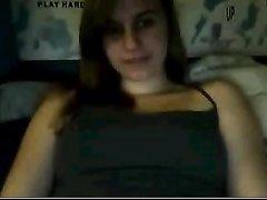 Загорелая молодая девушка перед домашней вебкамерой обнажила сиськи