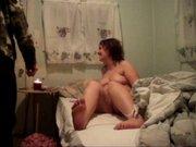Зрелая толстуха перед скрытой камерой сделав домашний минет отдалась ухажёру