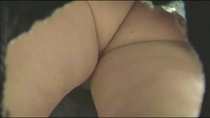 Подглядывание под юбку широкобёдрой зрелой толстухи забывшей надеть трусики