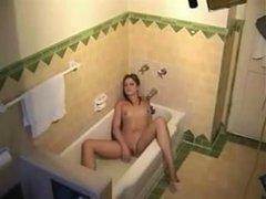 Любительское подглядывание за мастурбацией одинокой дамочки в ванной