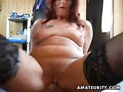 Зрела домохозяйка в чулках строчит минет и ублажает партнёра от первого лица