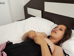 Грудастая зрелая шалава в чулках любимой секс игрушкой мастурбирует киску и анал