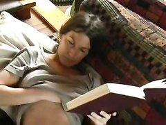 Немецкая красотка возбудившись занялась домашней мастурбацией крупным планом