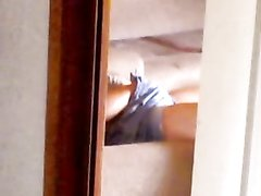 Домашнюю мастурбацию возбуждённой развратницы снимает скрытая камера