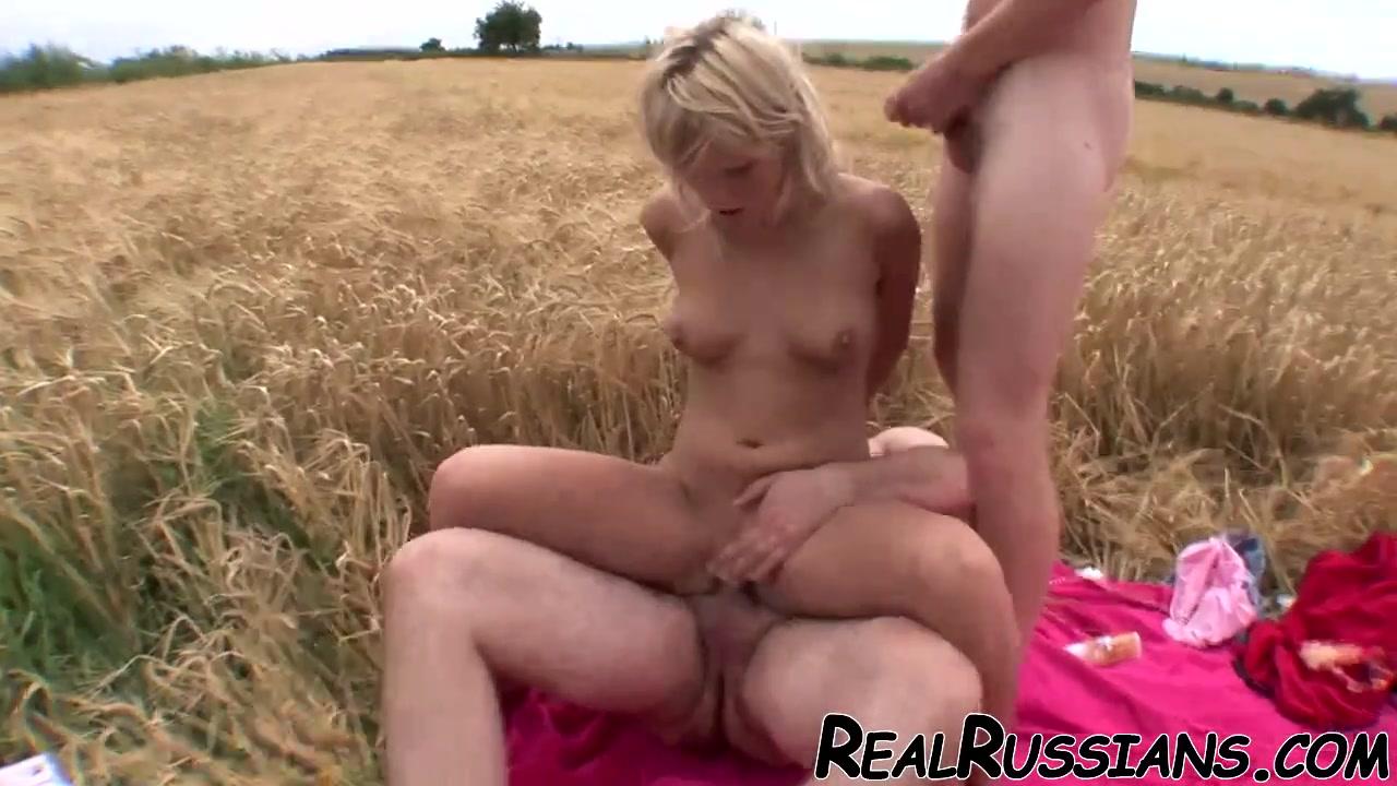 Любительский секс втроём с молодой русской блондинкой в поле на свежем воздухе