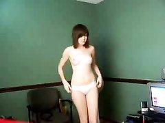 Любительский стриптиз молодой красотки с упругой попой перед вебкамерой