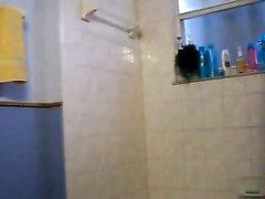 Загорелая красотка раздевшись перед домашней вебкамерой мастурбирует в ванной