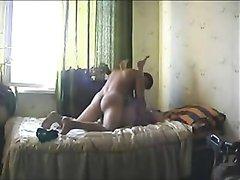 Скрытая камера записывает зрелую домохозяйку ублажающую молодого соседа