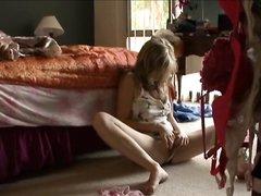 Подглядывание любительской мастурбации фигуристой девушки севшей на пол