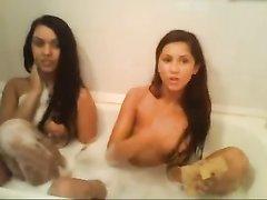 Молодые лесбиянки любовницы перед вебкамерой горячо развлекаются в ванной