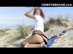 Рыжая туристка на пляже занялась любительской мастурбацией мокрой дырочки
